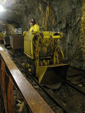 Old Hundred Gold Mine Tour: Tour guide and mining equipment