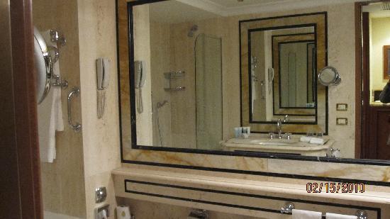 Rome Cavalieri, A Waldorf Astoria Resort: Marble bathroom