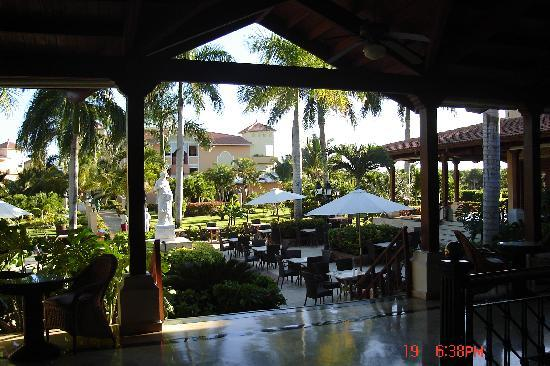 Grand Bahia Principe Punta Cana: Looking into the courtyard from the lobby