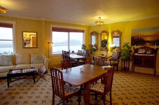 Old Wheeler Hotel: Breakfast and common area, nice view of the bay