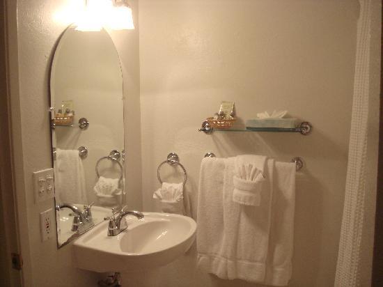 Coast Village Inn: Bathroom