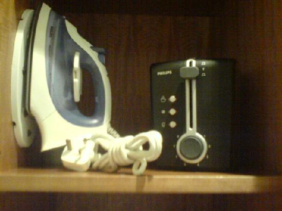 Lanson Place Hotel: iron & toaster!
