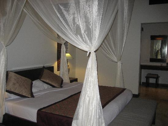 Pertiwi Resort & Spa: Huge bed with mosquito netting