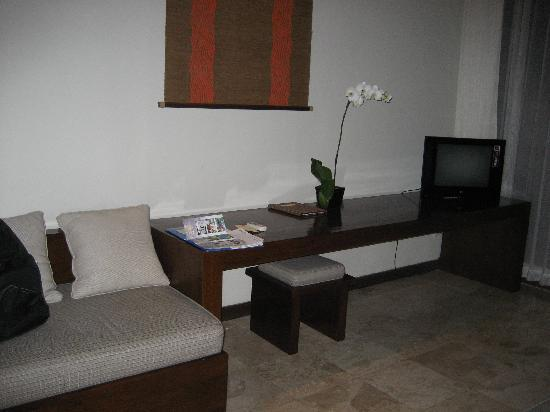 Pertiwi Resort & Spa: Sitting area with TV