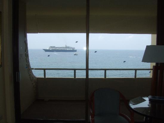 Royal Kona Resort: Passing Cruise Ship