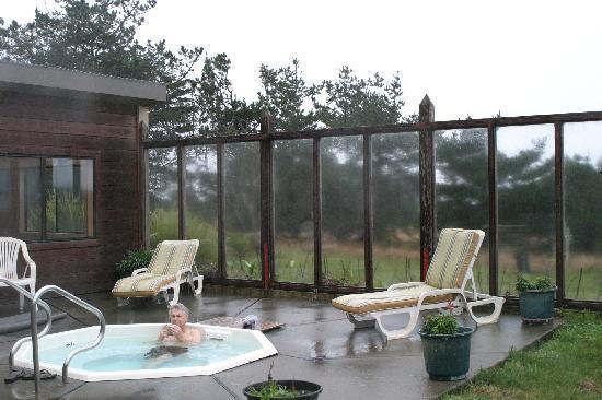 Fort Ross Lodge: Hot tub