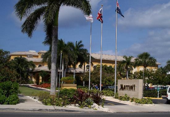 Grand Cayman Marriott Beach Resort: Street view