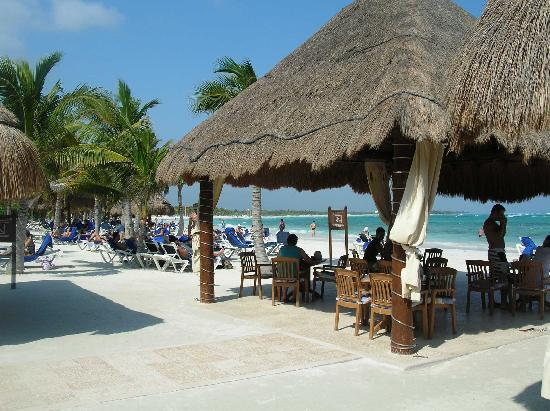 Grand Palladium White Sand Resort & Spa: Beach restaurant.  Great snacks