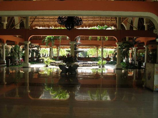 Grand Palladium White Sand Resort & Spa: Flamingos near lobby