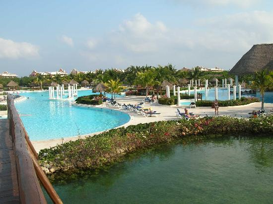 Grand Palladium White Sand Resort & Spa: Pontoon boat and lagoon