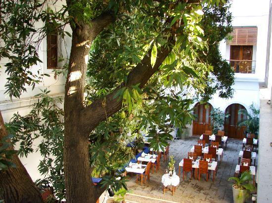 Le Dupleix: Courtyard Restaurant