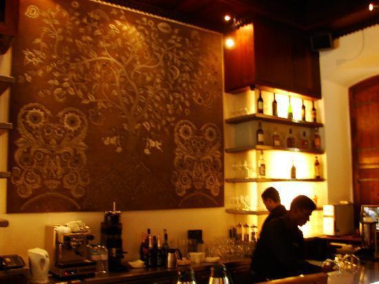 Le Dupleix: A well managed bar