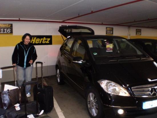 Heidelberg, Tyskland: Kathleen and I get the rental car....it's a Mercedes!!