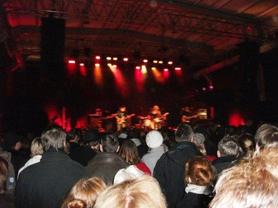 Bayern, Tyskland: Concert in the mechanical hall - Stefan Stoppok and Band - Dumpf dröhnt es aus dem Beton, wie ei