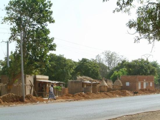 Ouagadougou, Burkina Faso: Les rues en sortant de la capitale