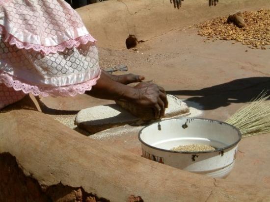 Ouahigouya, Burkina Faso: La façon traditionnelle de piller les grains de farine (Mil).