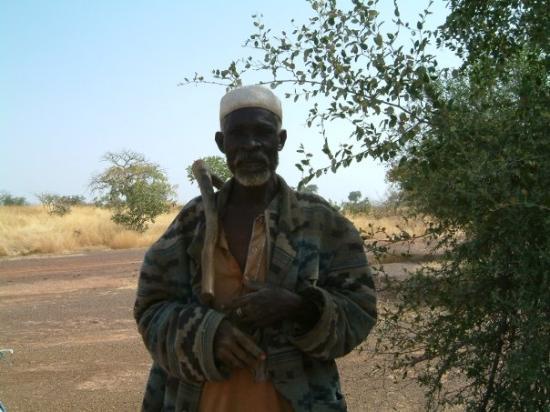 Koupela, Burkina Faso: Un vieux qui ne parlait pas français. Je l'ai rencontré en pleine brousse là où tu ne croirais j