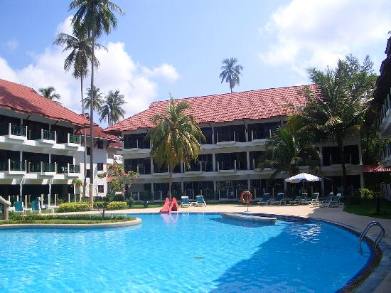 Amora Beach Resort: The pool can get crowded