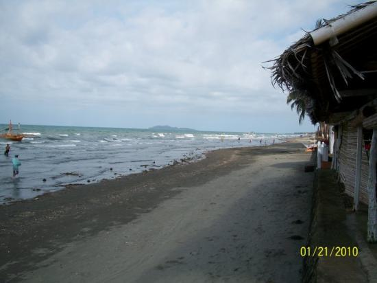 Roxas City, Filippinene: Beach View at Bia Norte the people that you see are fishermen pulling nets early in the morning