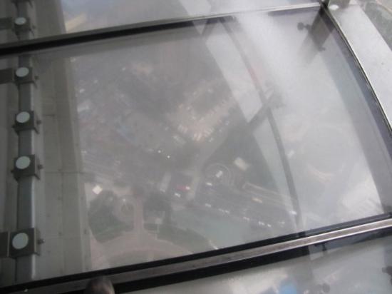 Fjernsynstårnet Østens Perle: A muchos metros de altura, en un mirador de cristal.Torre Perla Oriental. Shanghai.