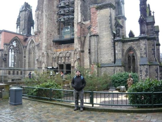Church of St. Michael: este fue una iglesia que fue destruida 2 veces la ultima en la IIWW, y quedo como monumento para
