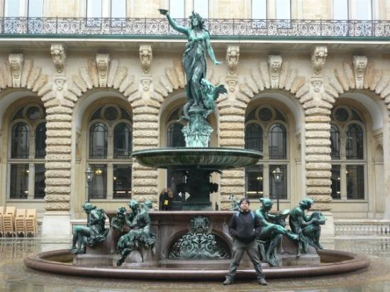 Altonaer Rathaus: monumento a la diosa de la salud entre el rathaus  y la bolsa de comercio de hamburgo