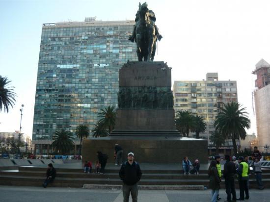 Montevideo, Uruguay: En la plaza en donde yacen los restos del libertador Artigas
