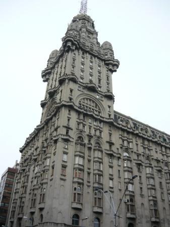 Edificio en frente a la plaza en Montevideo