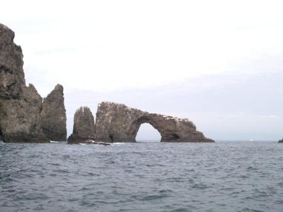 Parque Nacional Channel Islands, CA: Anacapa Island past the arch and looking back