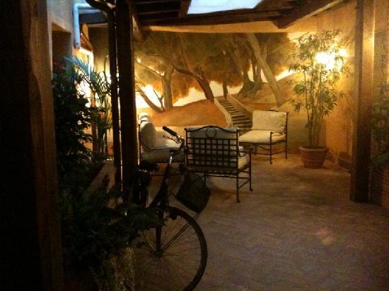 Hotel Residenza San Calisto: courtyard