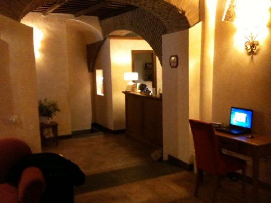 Hotel Residenza San Calisto: Reception area with free internet (laptop provided)