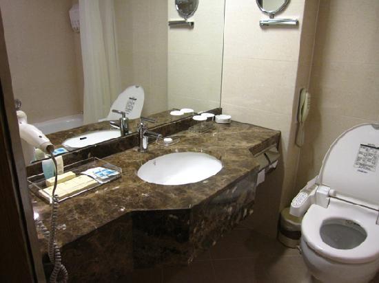 โรงแรมพีเจ: bathroom