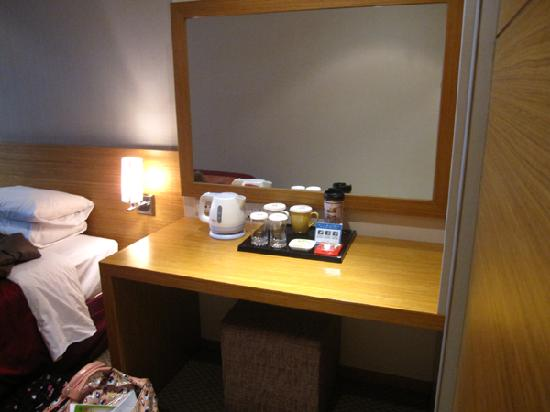 Hotel PJ Myeongdong: make up counter with tea kettle