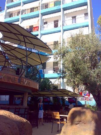 Tropicana Hotel: Parte trasera hotel, y restaurante casacada