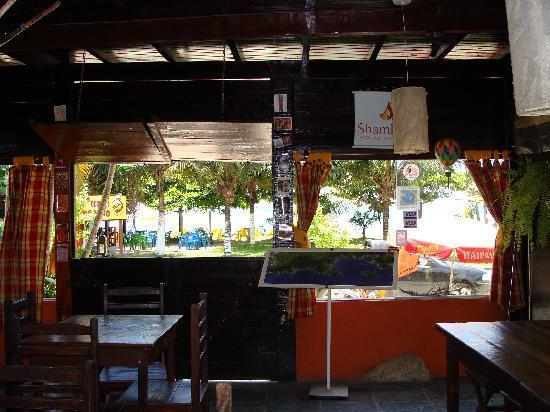 Hostel Sereia do Mar: Vista desde el bar hacia el frente /mar.
