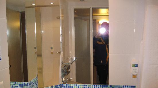 Holiday Inn Express Zurich Airport: Bathroom