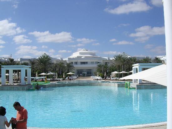 Radisson Blu Palace Resort & Thalasso, Djerba: La piscine vue du côté plage
