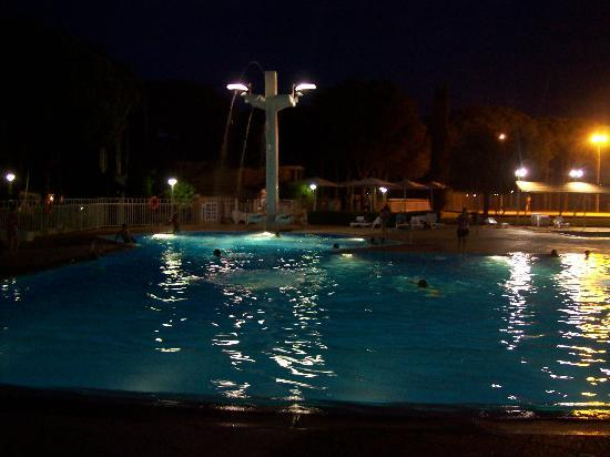 Camping Sandaya Cypsela Resort: pool by night