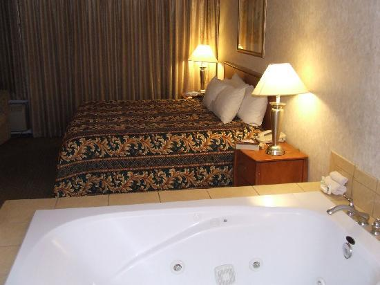 Hotel Rosedale: Bedroom with spa and bathroom