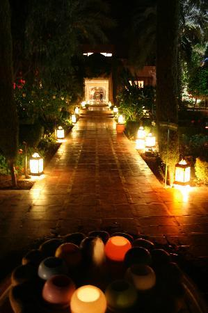 Le Meridien N'Fis: The grounds lit up in the evening...magical!