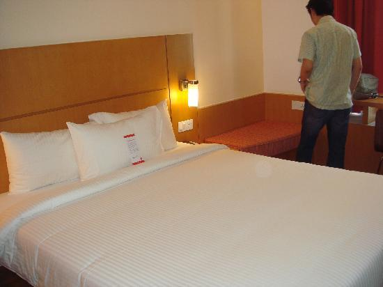 Ibis Singapore on Bencoolen: Clean double bed