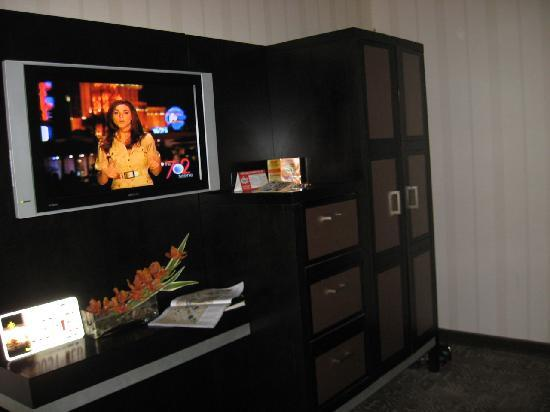Gold Coast Hotel and Casino: Room with TV
