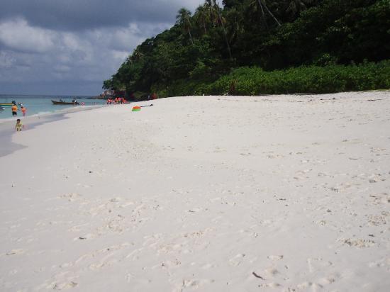 Berjaya Tioman Resort - Malaysia: long stretch of beach