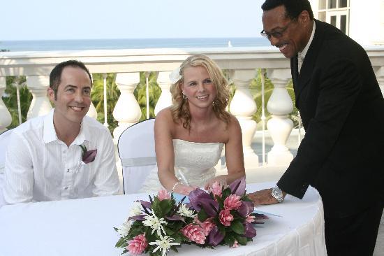 Iberostar Rose Hall Beach Hotel: Signing the registry