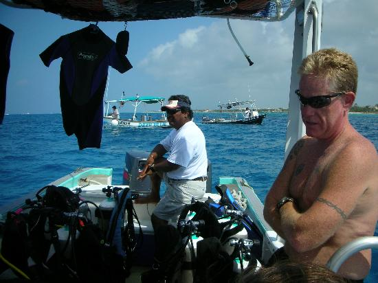 ScubaTony Cozumel: Carlos on the helm and Dennis telling lies in between dives