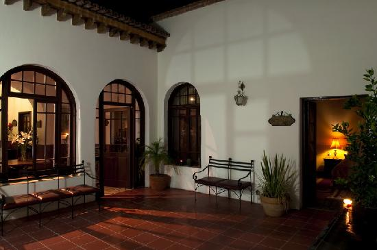 Hotel Boutique San Felipe El Real: Main Patio by Night