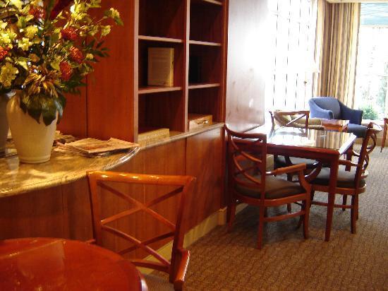 Park Lane Suites & Inn: Park Lane Suites Lobby was warm & welcoming