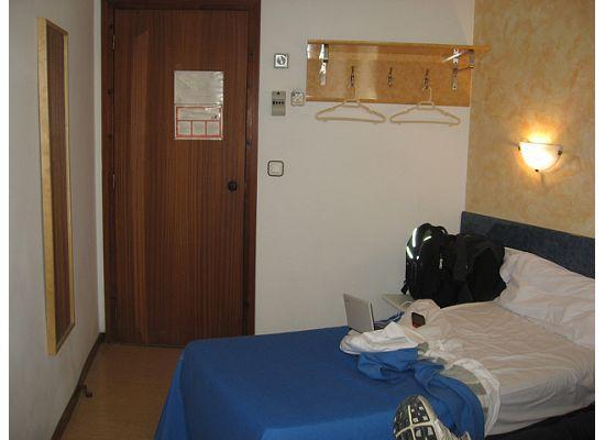 Hostal Mare Nostrum: Standing at the far side of the room looking at door