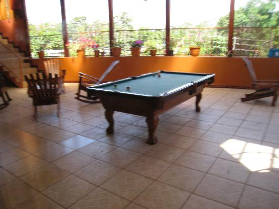 Natural Pacific Suites: Pool table/hang-out area on 2nd floor.