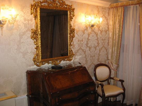 Hotel Canal Grande: Gilded mirror with TV behind